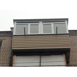 Балкон под ключ с выносом вперед во все стороны и крышей